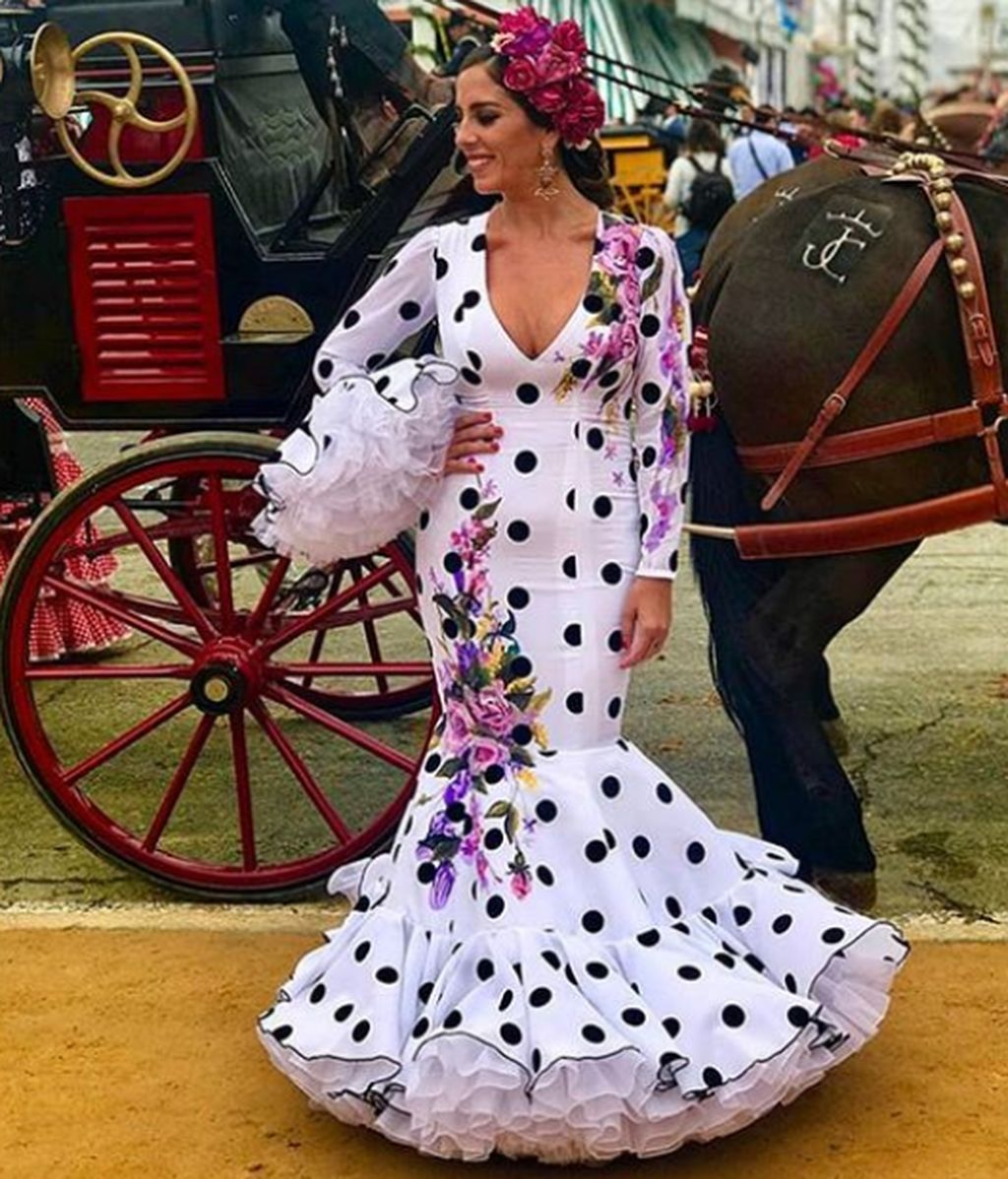 Anabel Pantoja, bien de volantes, lució un vestido del diseñador Alonso Cozar