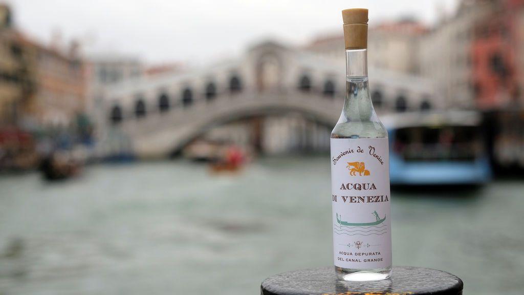 Una botella de agua esterilizada del Gran Canal