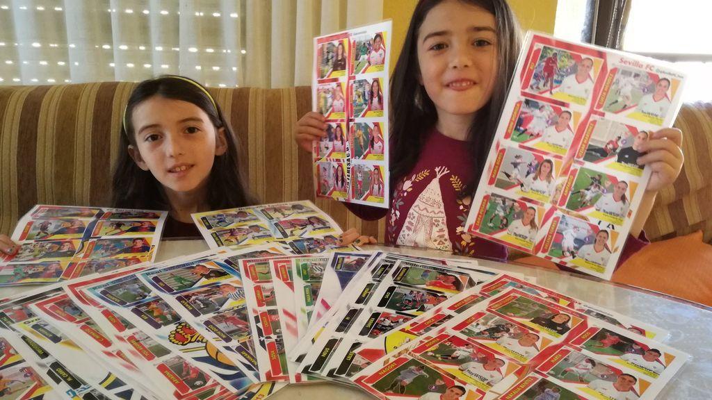 Una madre fabrica 250 cromos de la liga femenina para sus hijas y pide ayuda para completar los cinco equipos que le faltan