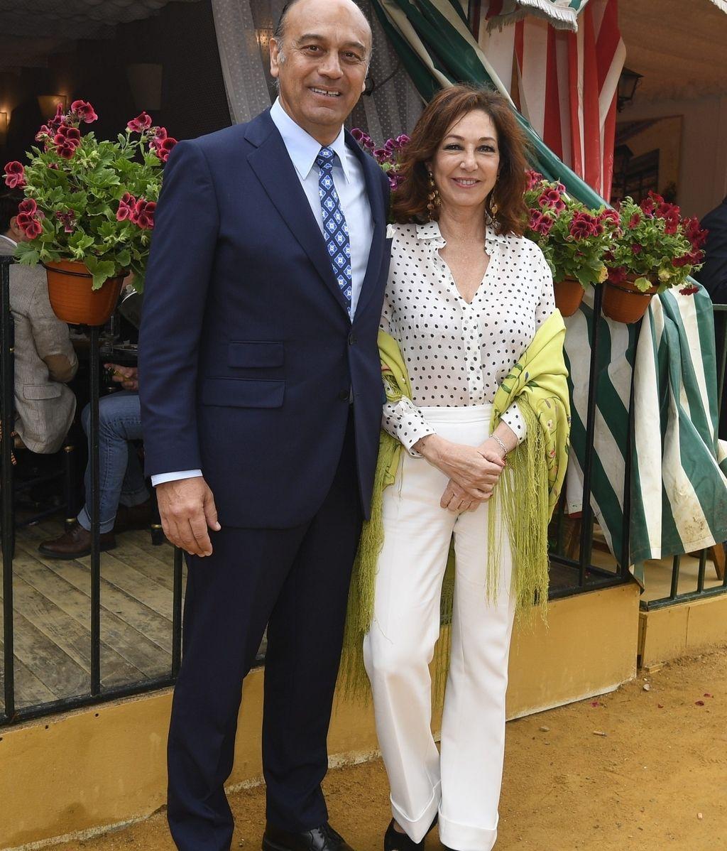 Ana Rosa Quintana, acompañada por su marido Juan, combinó el pantalón