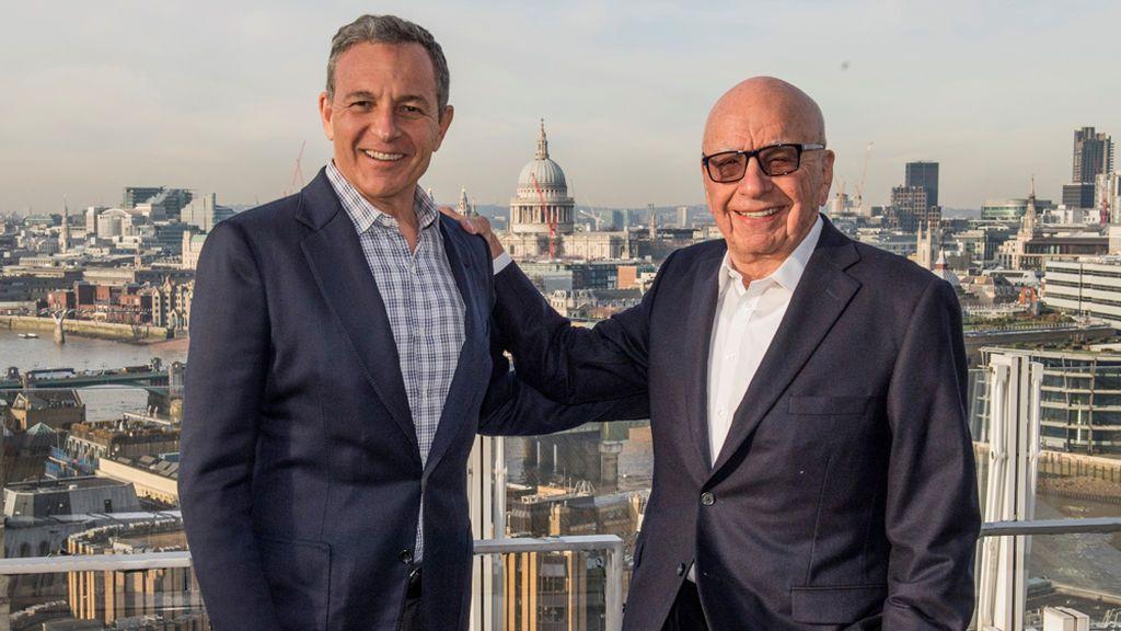 Bob Iger, presidente y director ejecutivo de The Walt Disney Company, y Rupert Murdoch, fundador de 21st Century Fox, firman el acuerdo de compraventa de activos en diciembre de 2017.
