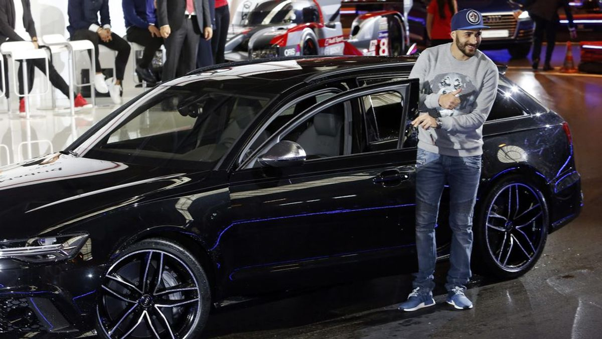 La última de Benzema al volante: se graba conduciendo a la una de la noche bajo la lluvia
