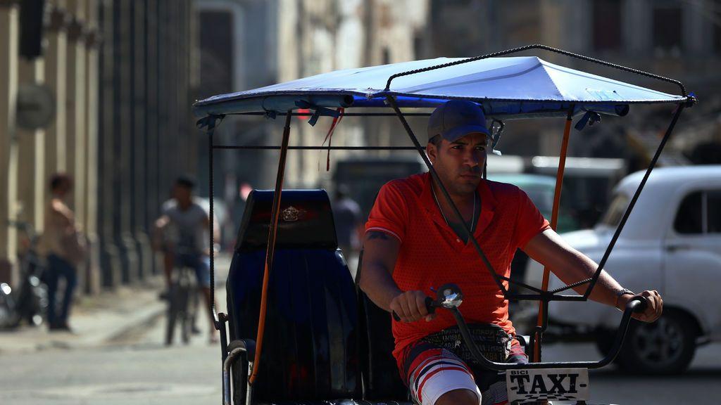 Un hombre circula por La Habana