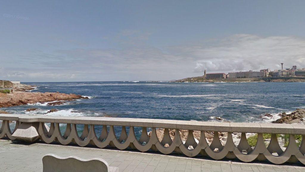 Dos policías de A Coruña rescatan en la playa de Riazor  a un aficionado del Sevilla en plena alerta naranja por temporal