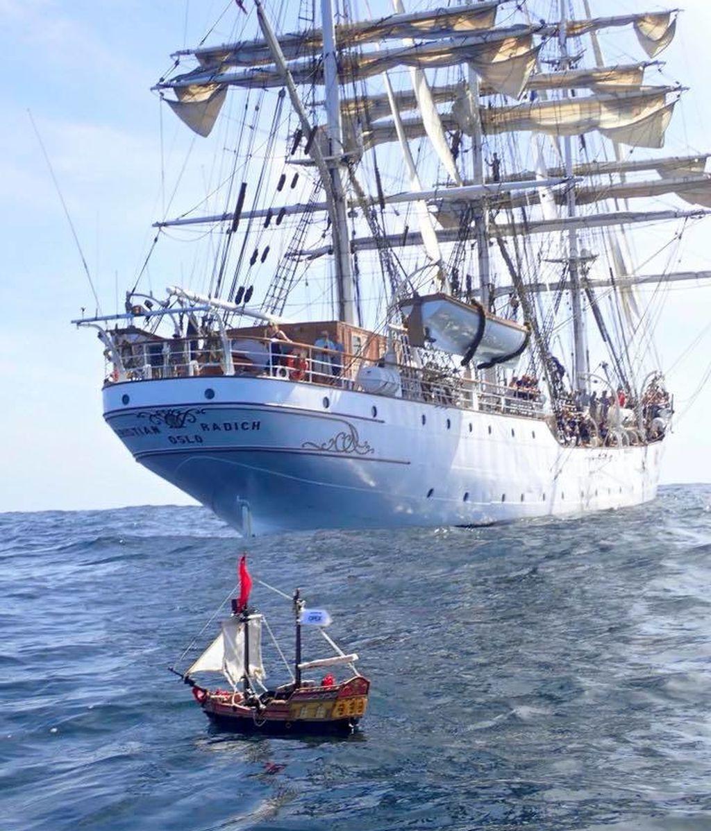 Un barco pirata de Playmobil de dos niños escoceses surca el Océano Atlántico