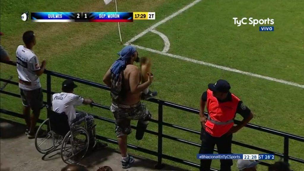 Un aficionado celebra un gol de su equipo quitándose la pierna ortopédica