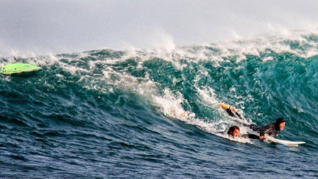 Un tiburón ataca a un surfista que se defiende a patadas  del escualo en una playa de Australia