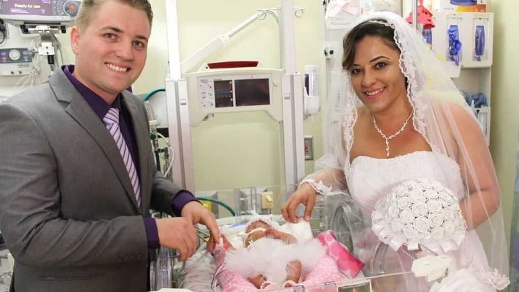 Se casan en un hospital para que su bebé, que está ingresada, esté en la boda
