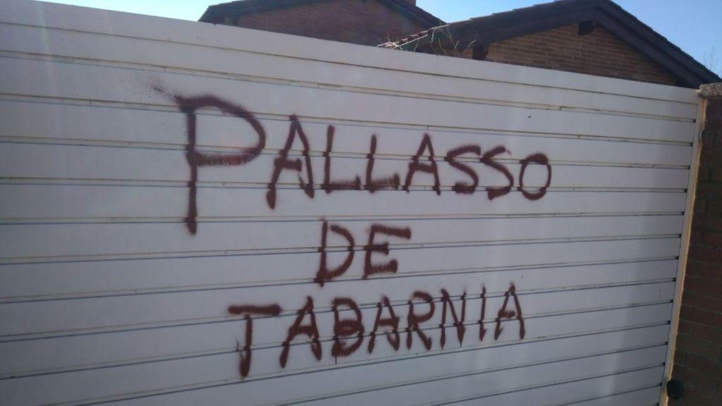 """El portón del garaje del periodista deportivo Tomás Guasch, con la pintada """"Payaso de Tabarnia""""."""