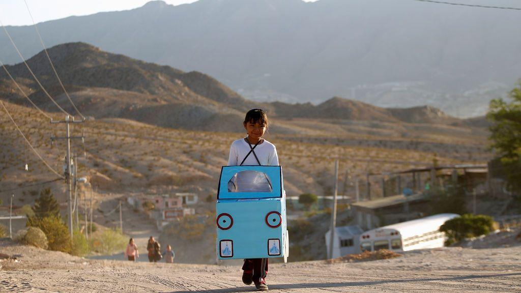Una niña camina hacia la escuela
