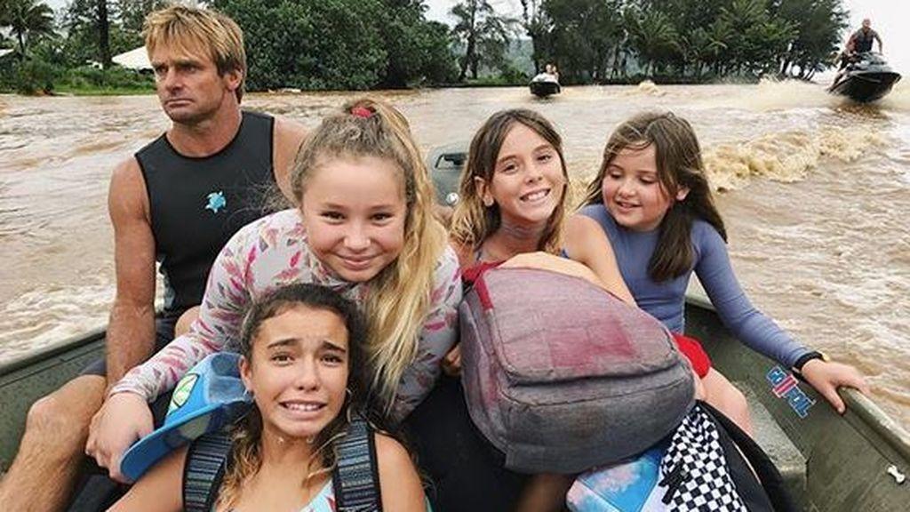 Un surfista salva a 15 niñas atrapadas en un campamento tras una increíble inundación en Hawai