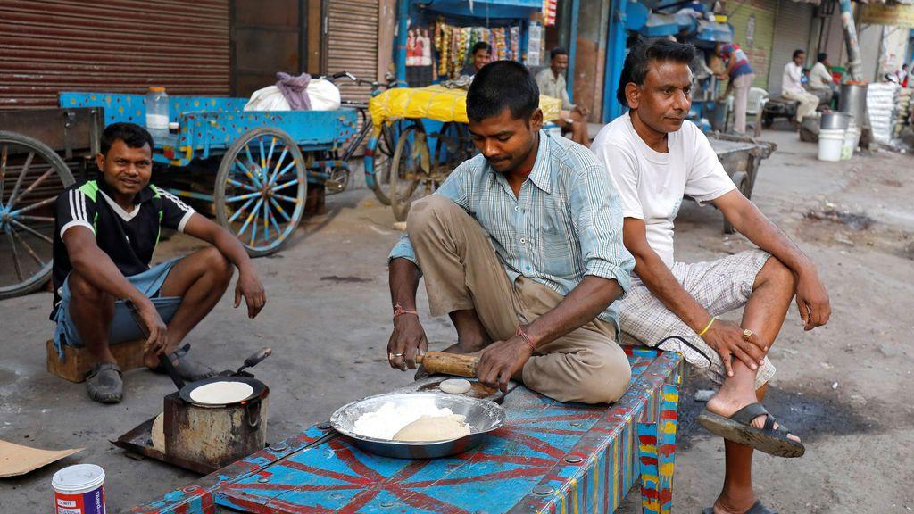 Preparación de roti en una barrio indio