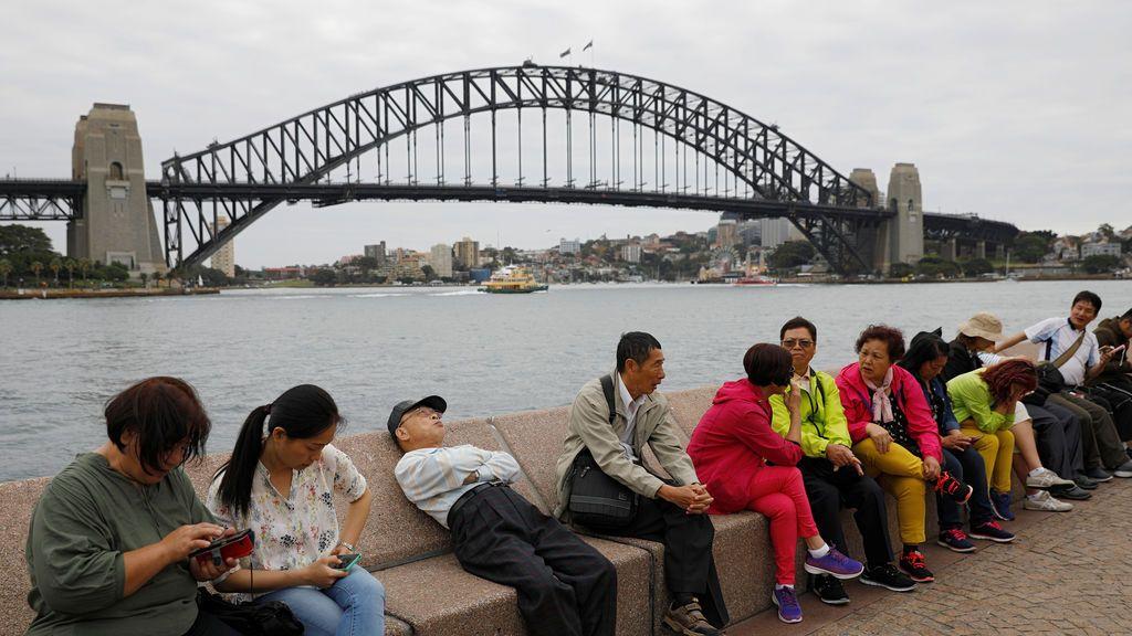 Varios turistas realizan un alto en el camino