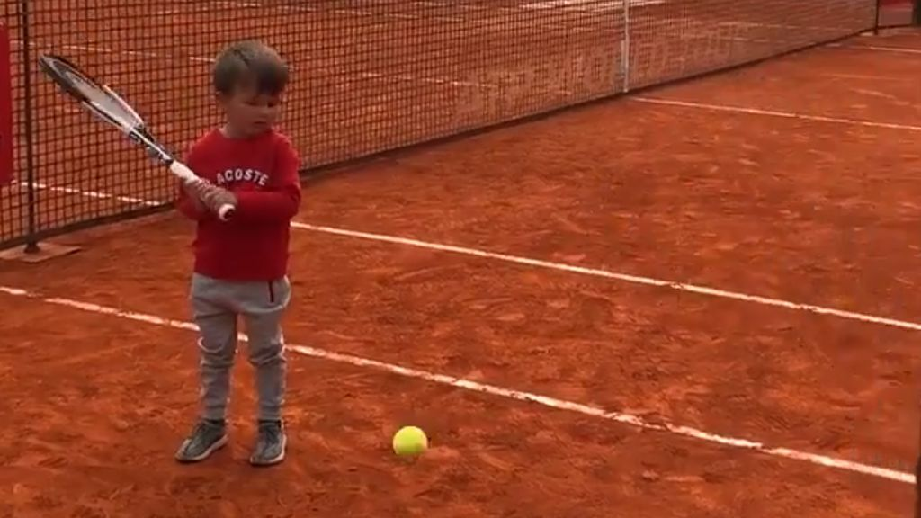¡Derecha a dos manos! Los primeros golpes de Stefan Djokovic, de tres años, con su padre