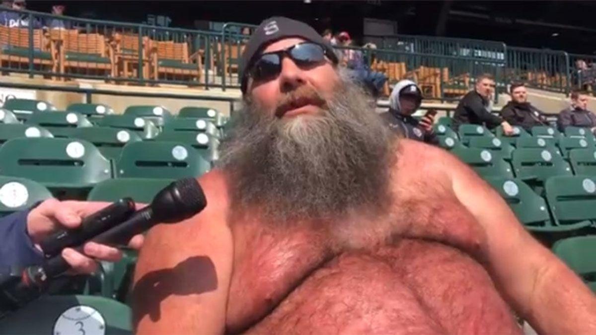 El fan más extravagante del mundo: ¡a 40 grados y sin camiseta!
