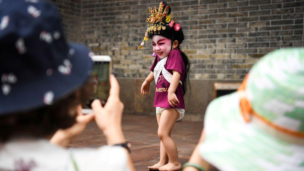 Niña vestida con un traje tradicional chino