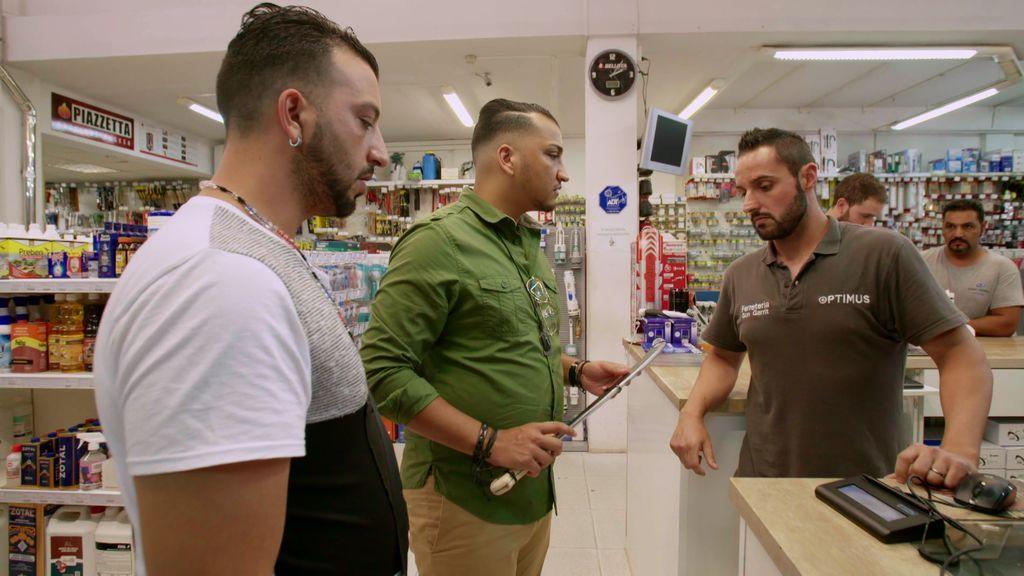 Cadenas y una espada para atravesar un cuerpo: la extraña compra de los Fernández Navarro que deja helado al dependiente