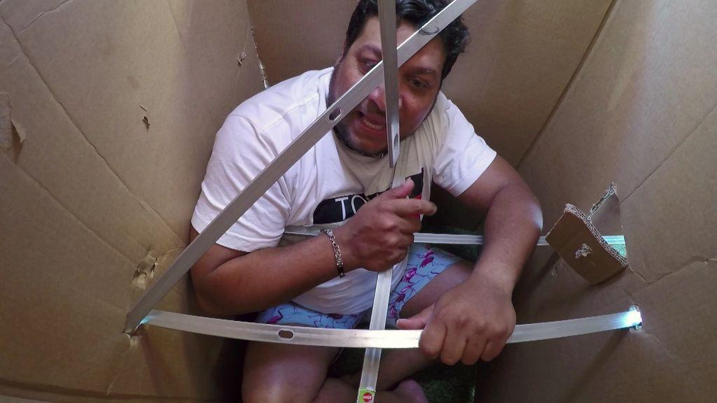 ¡El primer truco de la vida artística de Joaquín que termina con Mariano en una caja rodeado de espadas!