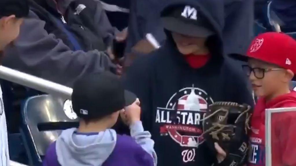 ¡Se hacen amigos al instante! Dos niños atrapan dos bolas en la grada y protagonizan el momento más tierno del béisbol