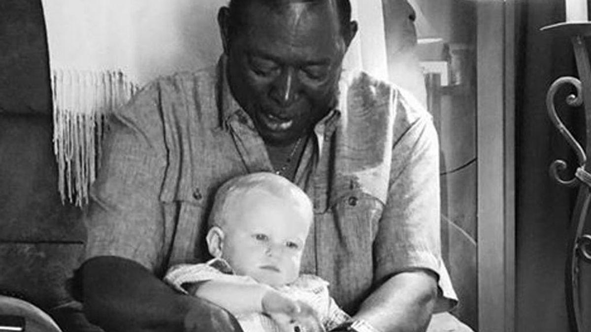 La entrañable historia tras una foto viral de un hombre con un niño