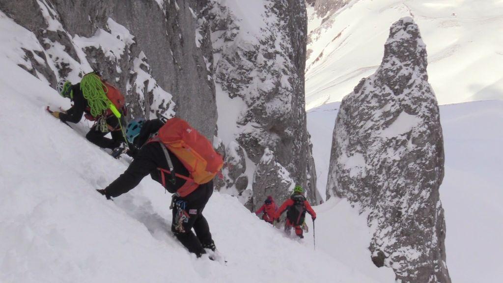 Calleja, Juanito y Edurne abandonan la escalada del Corredor de las Agujas por culpa de la nieve