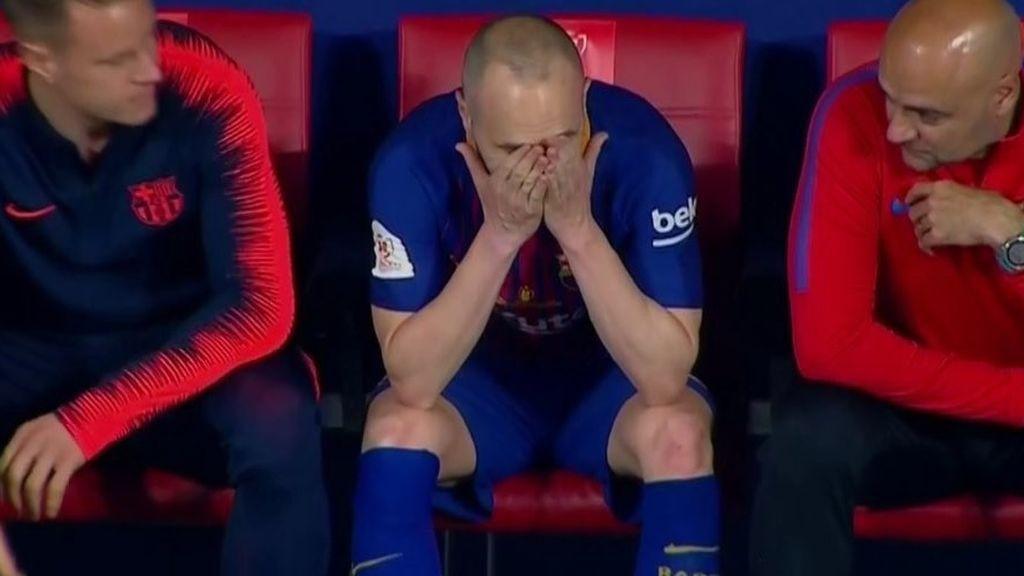 Las lágrimas de Iniesta en el banquillo emocionan al fútbol
