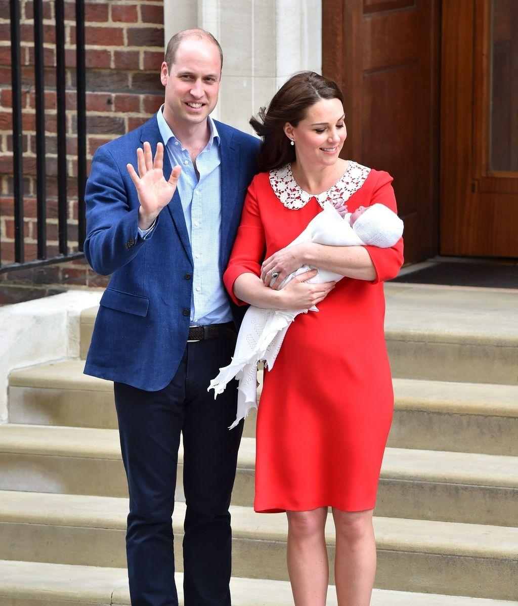 De rojo y recuperada en tiempo récord: las fotos del posado de Kate Middleton con su tercer bebé