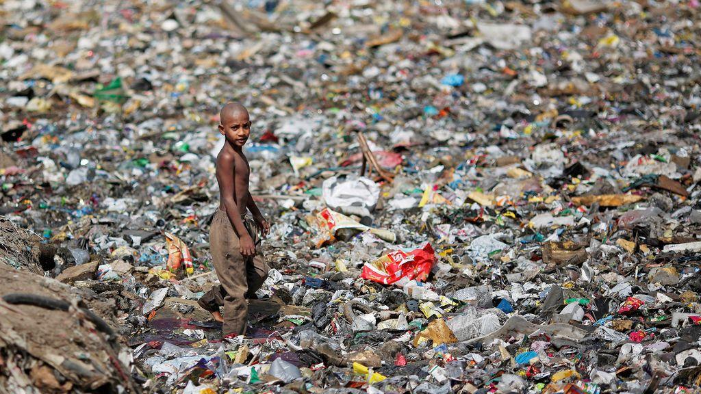 Desagüe lleno de basura en India