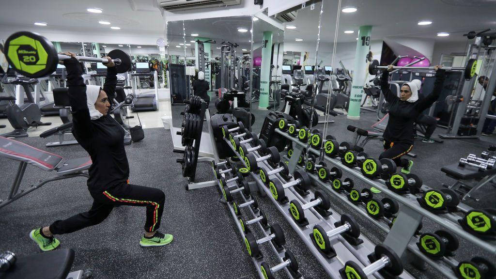 Una mujer saudita hace ejercicio en un gimnasio