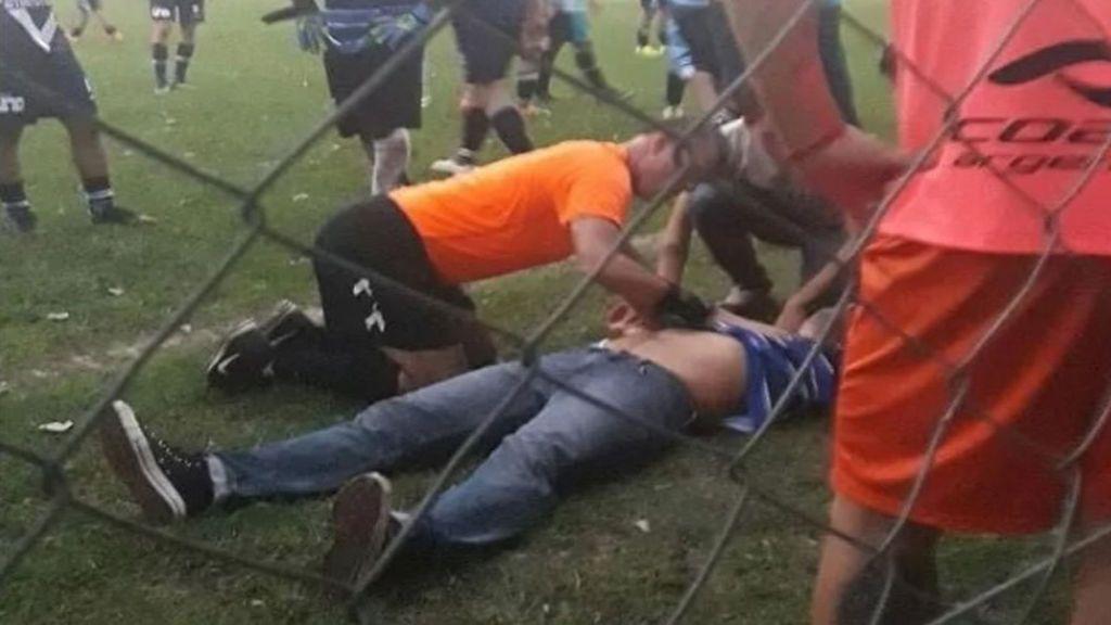 De villano a héroe: un árbitro salva la vida a un entrenador que se desploma en medio de una protesta