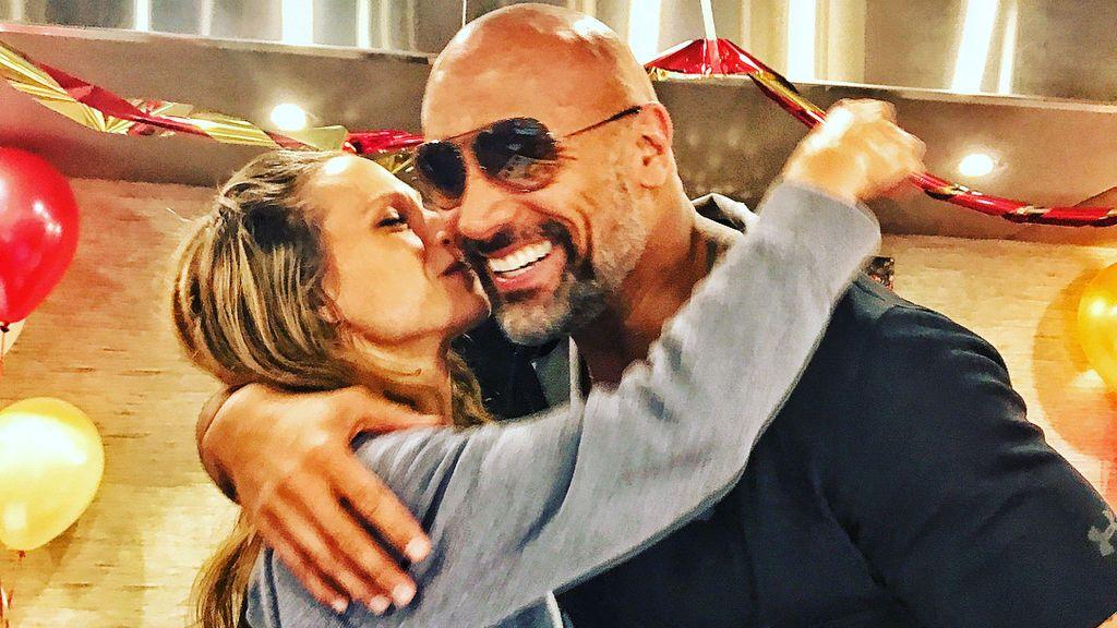 """Dwayne Johnson ya no es 'papá por sorpresa': la foto """"piel con piel"""" con la que presenta a su tercera hija"""
