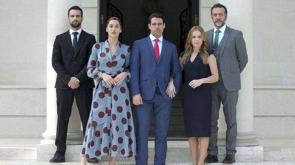 Jesús Castro, Michelle Calvó, Emmanuel Esparza, Miryam Gallego y José Luis García Pérez, protagonistas de 'Secretos de Estado'.