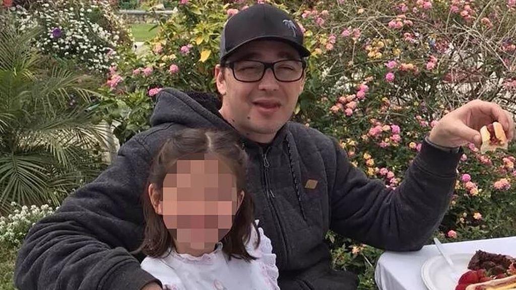 Le apuñalan mortalmente mientras tiene a su hija de cinco años en el regazo
