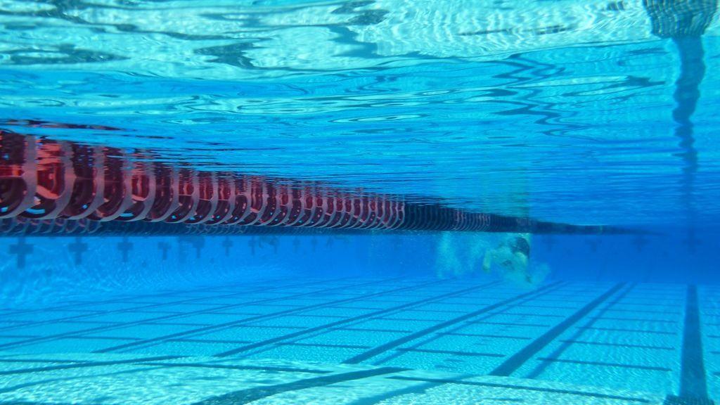"""Denuncian la """"publicidad sexista"""" en una instalación deportiva de Jaén que ofrece descuentos en la piscina a """"señoritas"""""""