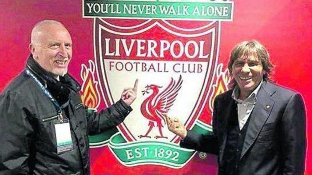 Pruzzo y Conti realizando una peineta al escudo del Liverpool