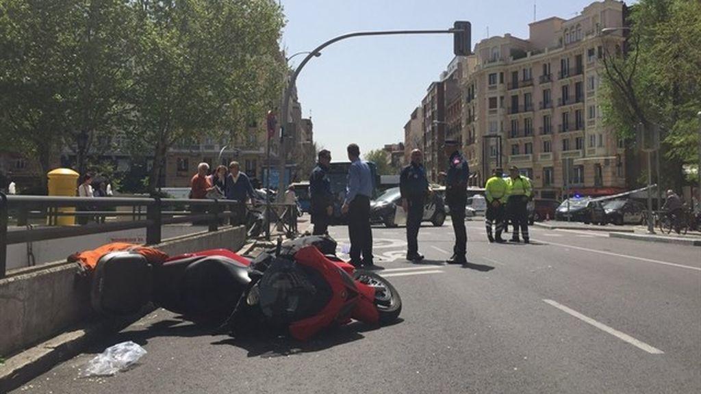 Cuatro heridos en Madrid al atropellar una moto a viandantes tras ser embestida por un coche