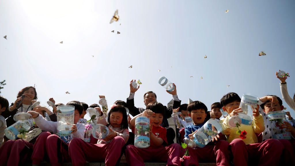 Niños liberan mariposas