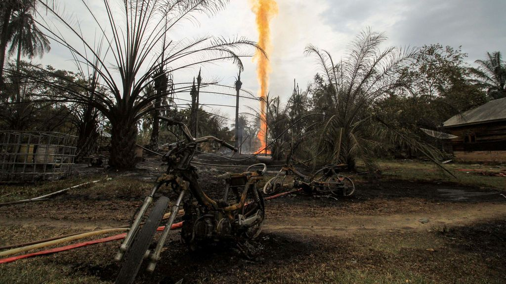 Incendio de un pozo ilegal de petróleo