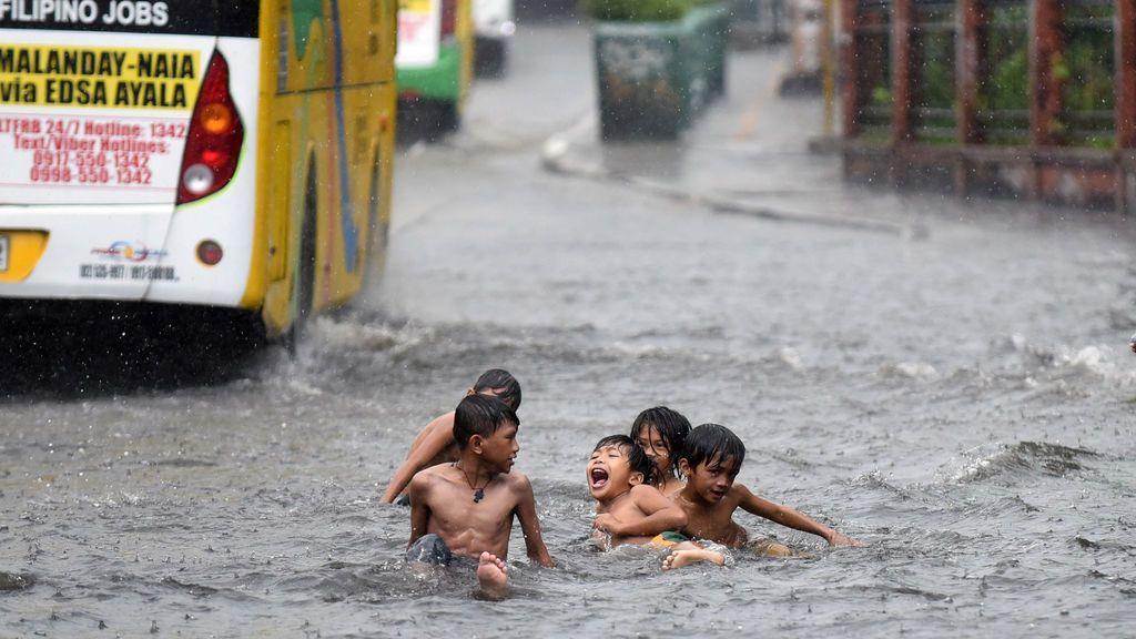 Niños juegan en el agua