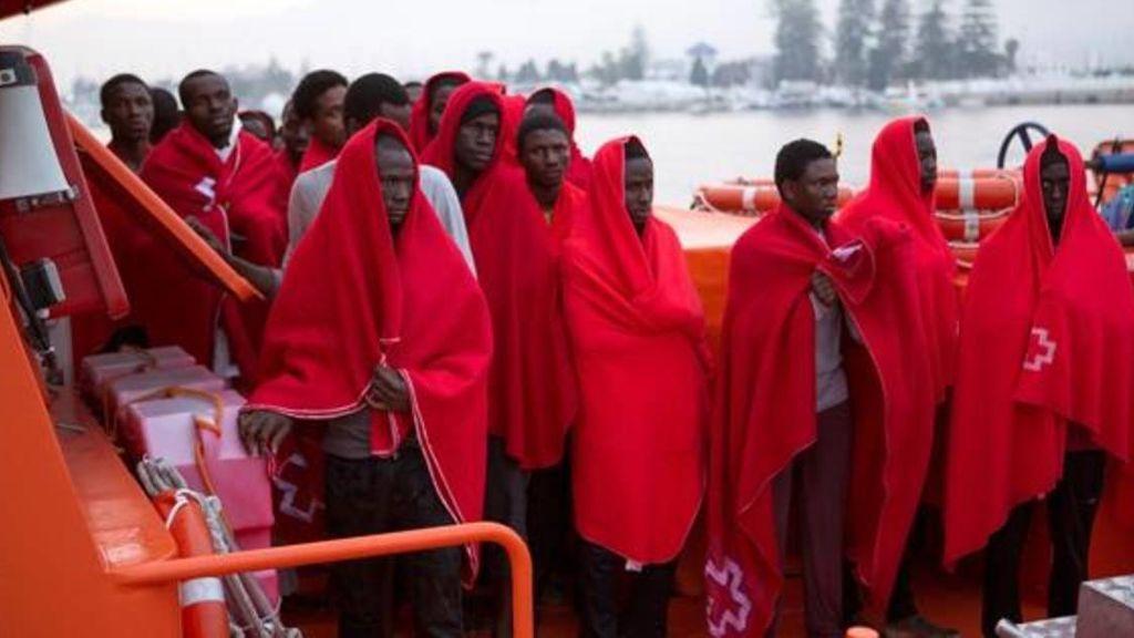 Cinco inmigrantes fallecidos tras volcar una patera al sureste de Alborán
