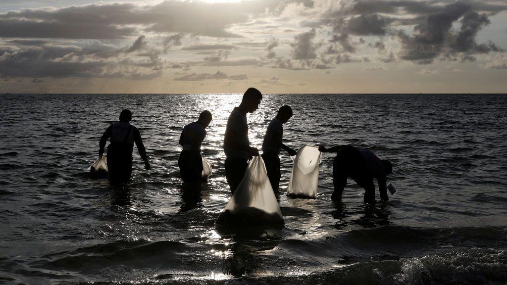 Recogida de basura en la playa de Boracay