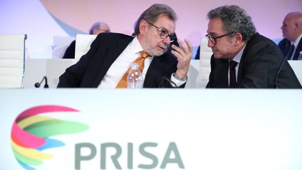El expresidente ejecutivo del Grupo Prisa, Juan Luis Cebrián (izquierda), durante la Junta General Extraordinaria de Accionistas de 2017,  en la que anunció a Manuel Polanco (derecha) como su sucesor.