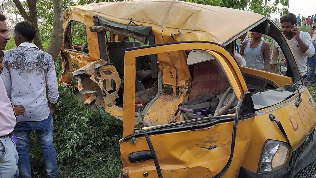 Trece niños muertos por el choque entre un tren y un autobús escolar en India
