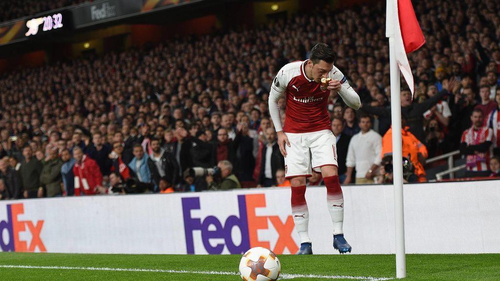 El gesto de respeto de Özil a la cultura turca tras el lanzamiento de un trozo de pan desde la grada del Atlético en el Emirates