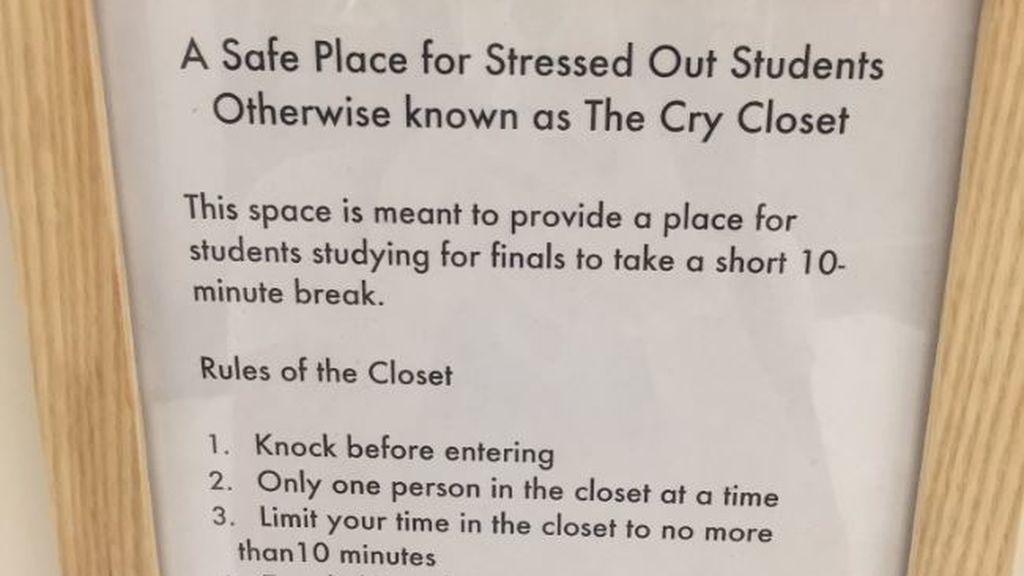 """Una universidad instala un """"armario para llorar"""" en su biblioteca"""