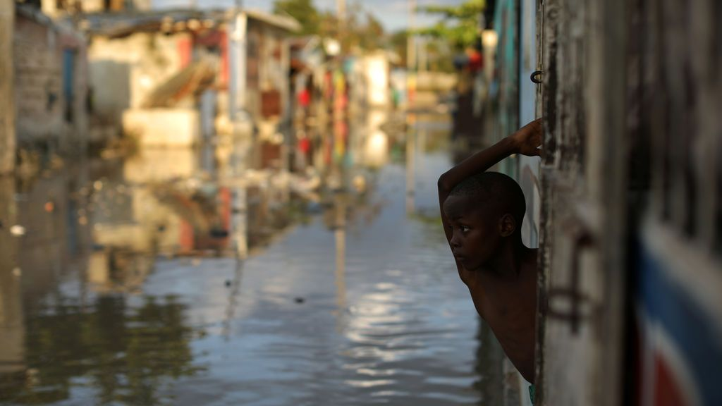 Un niño observa la calle inundada