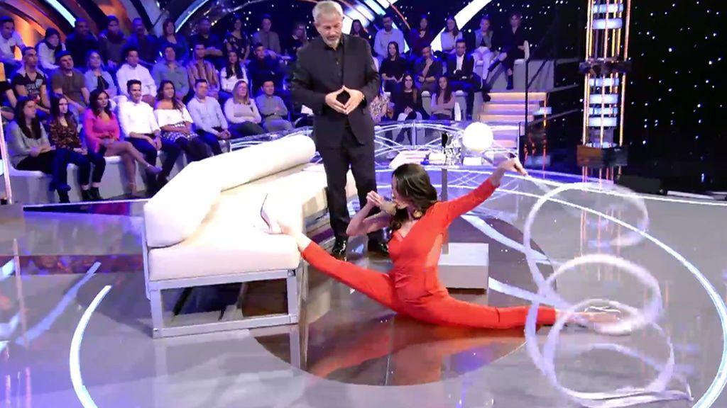 Almudena Cid hace una exhibición de gimnasia en el plató de 'Volverte a ver'… ¡Con la ayuda de Carlos Sobera!