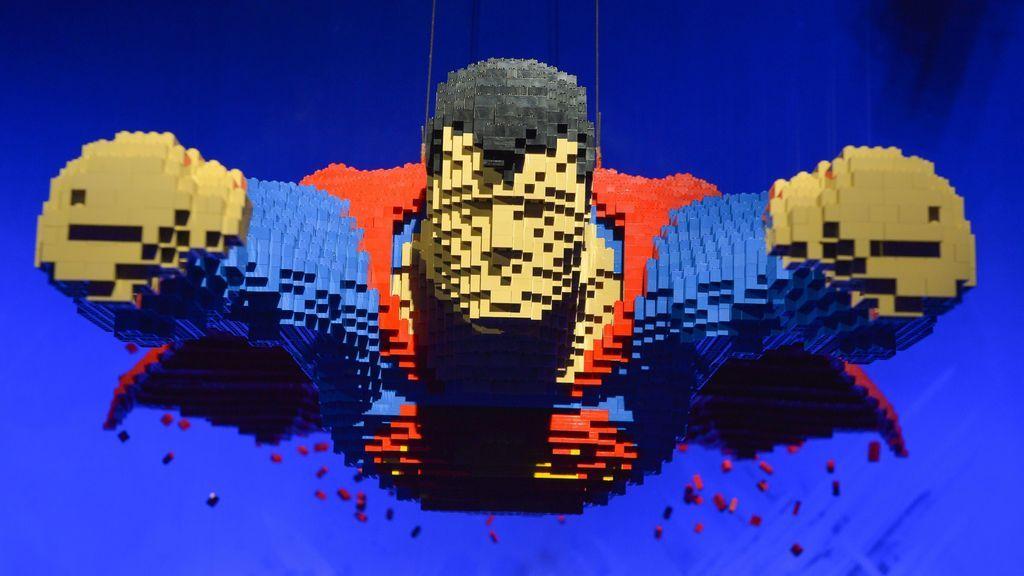Superman de Lego de grandes dimensiones en París