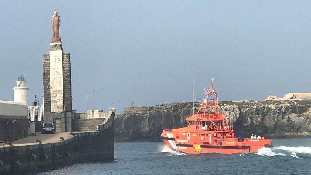 Rescatadas 43 personas, la mayoría menores de edad, de una patera cerca de Barbate