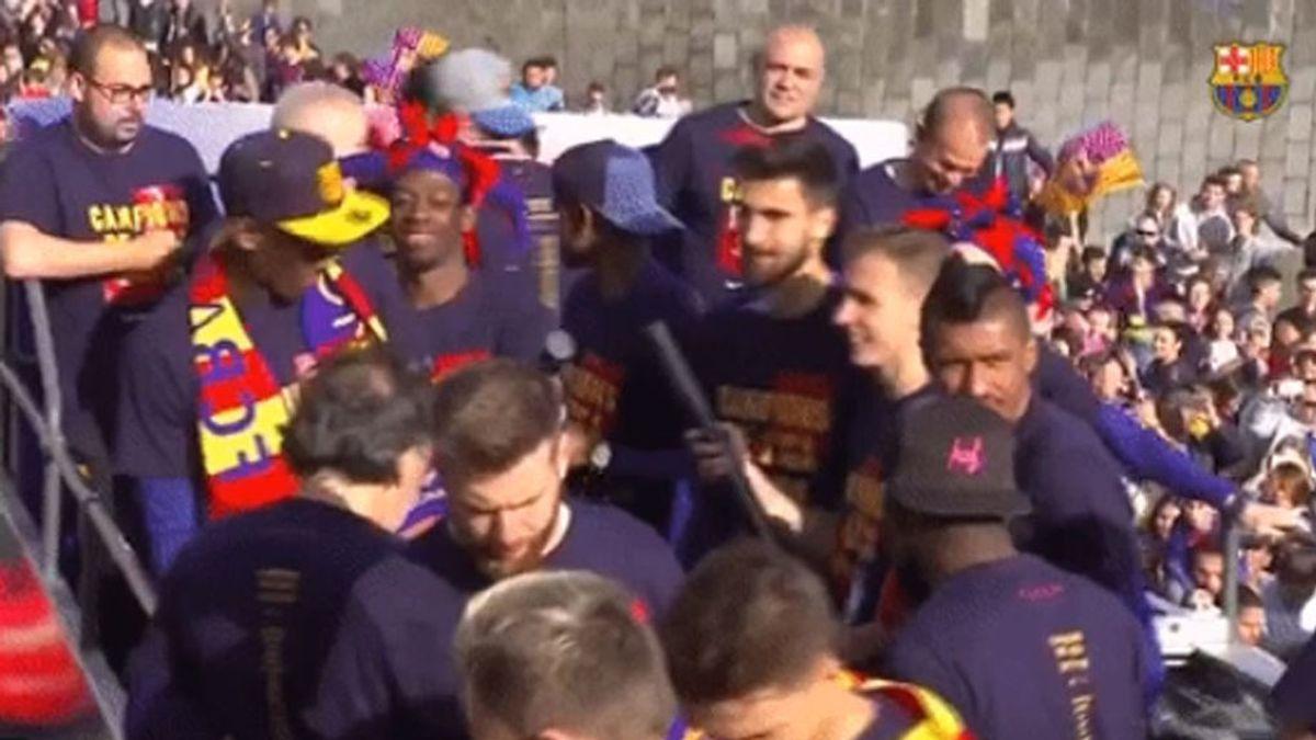 El susto de Yerry Mina en la rúa del F.C Barcelona por la celebración del doblete